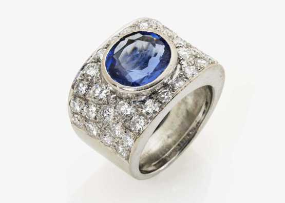 Ring with sapphire and diamonds | 18-carat white gold