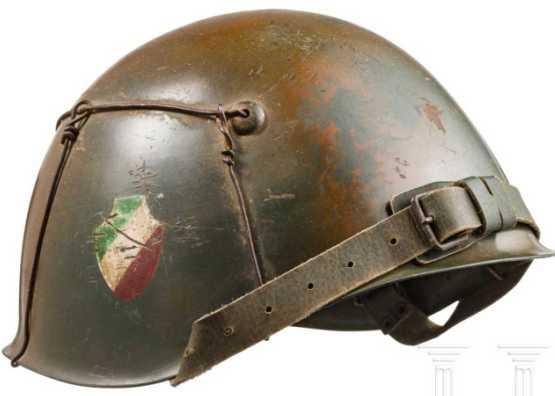 Casque en acier division italienne aux couleurs camouflage | vers 1943