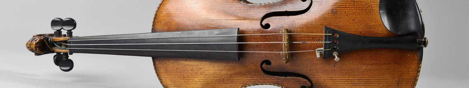 Искусства и антиквариата, коллекцию исторических музыкальных инструментов