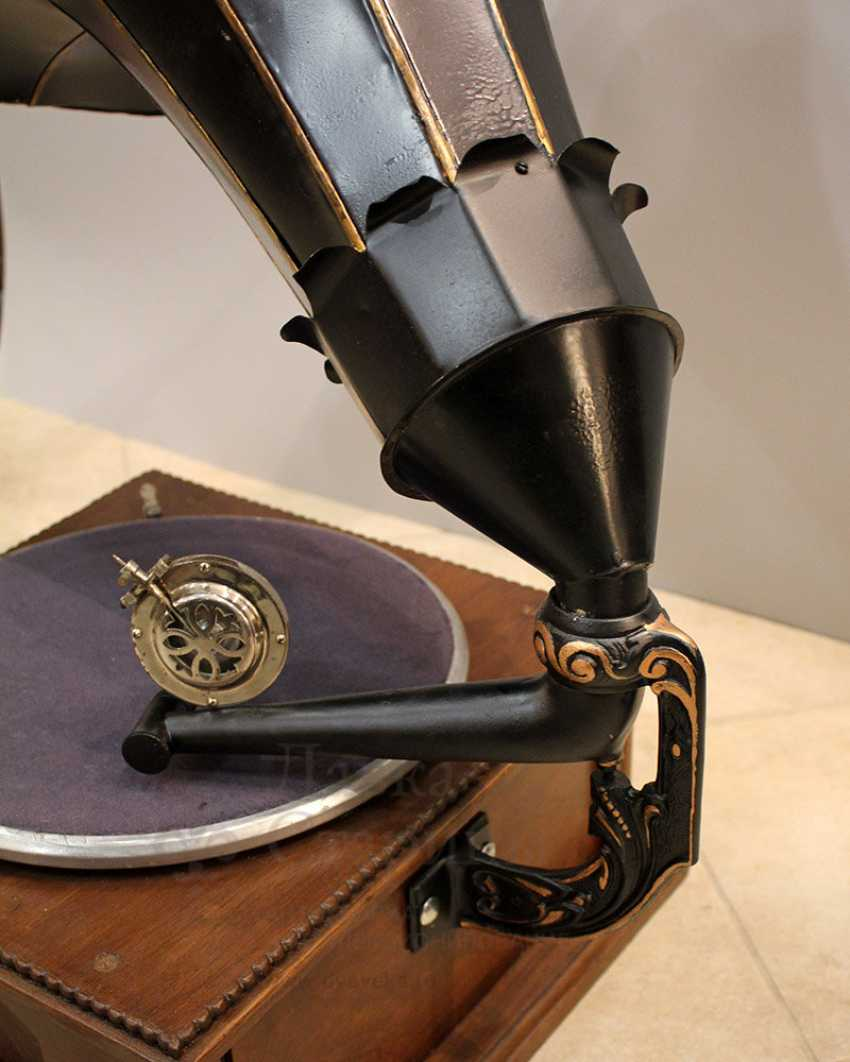 Antique gramophone with a black steel case made of carved wood, Russia, early 20th century - photo 5