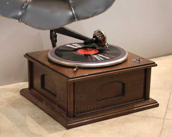 Antique gramophone with a black steel case made of carved wood, Russia, early 20th century - photo 3