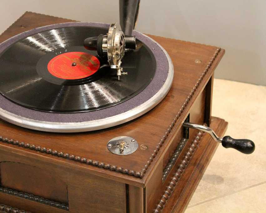 Antique gramophone with a black steel case made of carved wood, Russia, early 20th century - photo 4