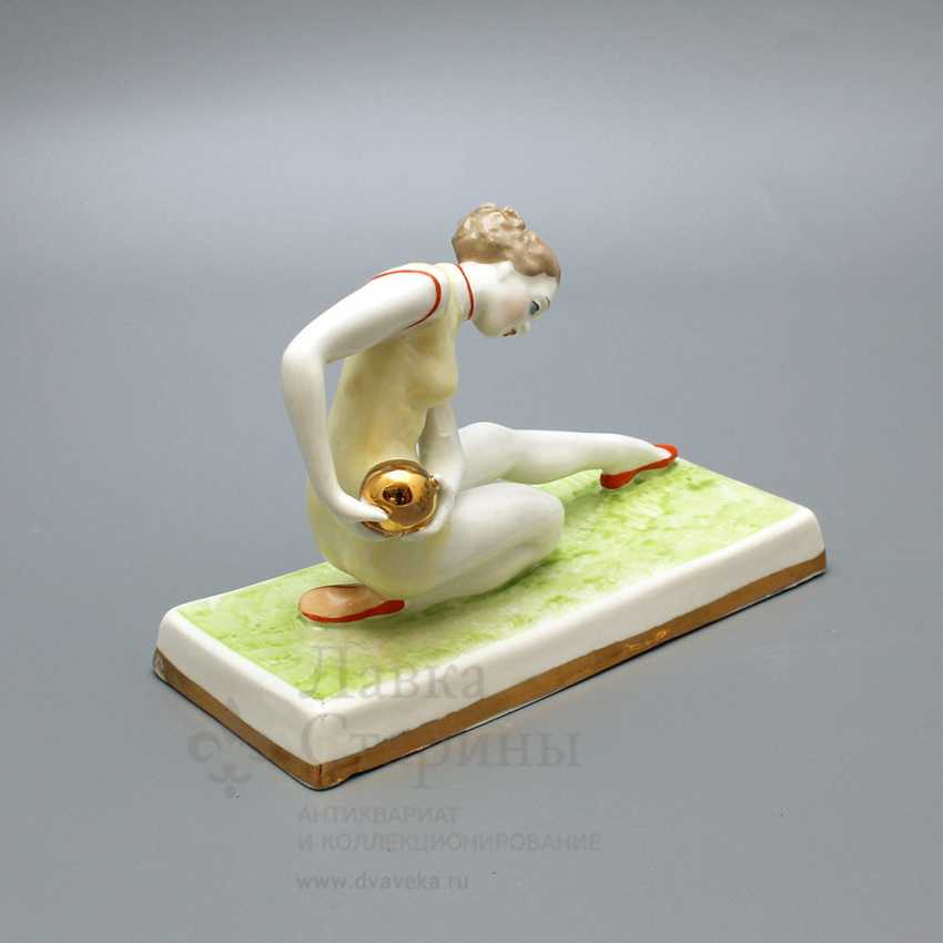 "Porcelain figurine ""Gymnast with ball"" Dulyovo, sculptor taiga O. P., 1959 - photo 3"
