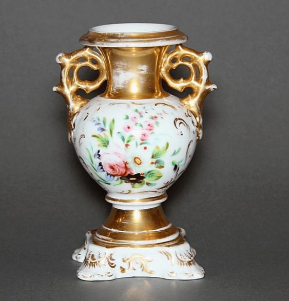 Vase made of porcelain - photo 1