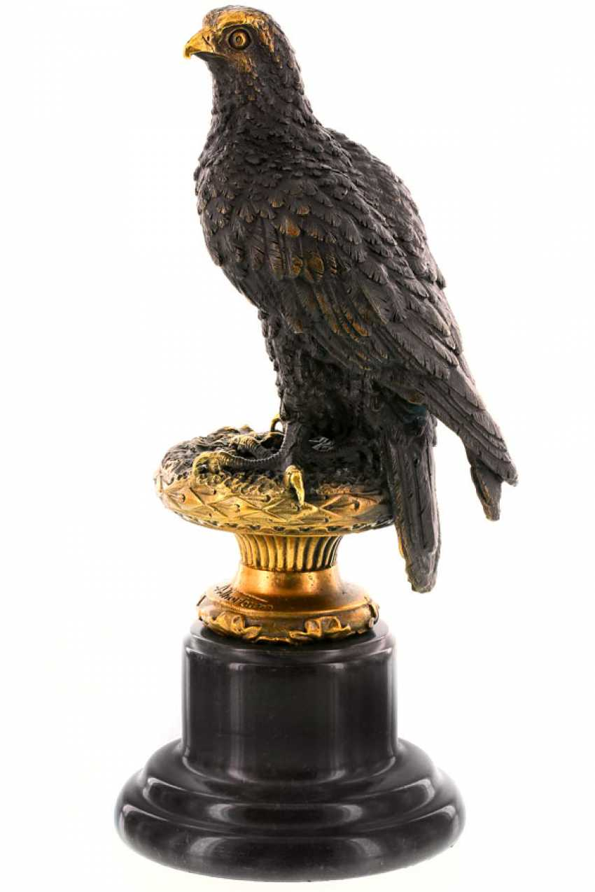 Lukas Erzroll. The figure of an eagle on a round base made of marble - photo 1