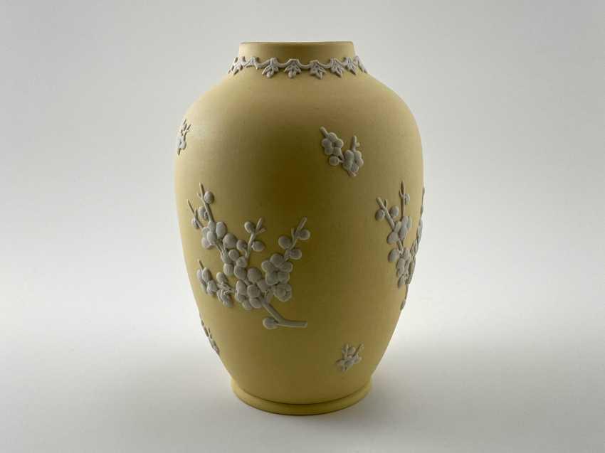 "Wedgwood Vase ""Sakura"". Neo-classicism, England, biscuit porcelain, 1979 - photo 1"