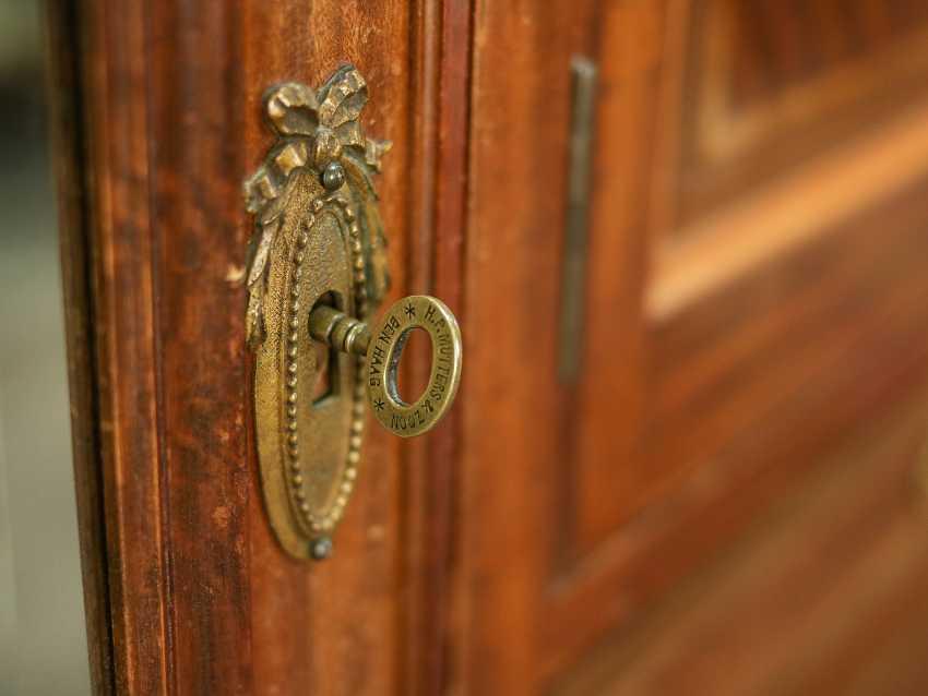 Armoire ancienne à trois portes - photo 9