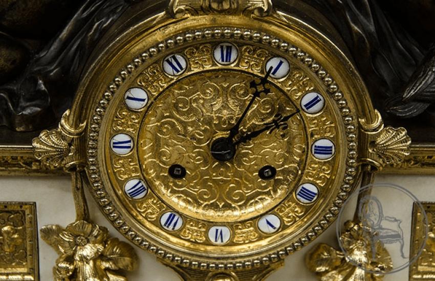 une horloge avec des candélabres (2 pièces) - photo 2