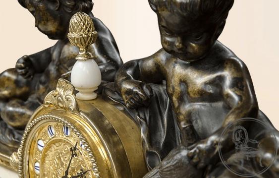 une horloge avec des candélabres (2 pièces) - photo 3