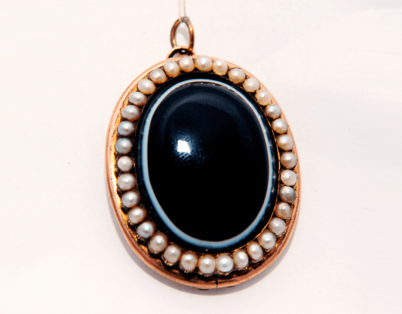 Locket with onyx and pearls - photo 1