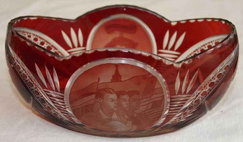 Vase of red glass. - photo 1