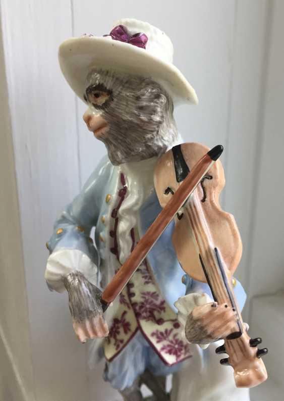 Rare 18th century Meissen monkey violinist figure - photo 2