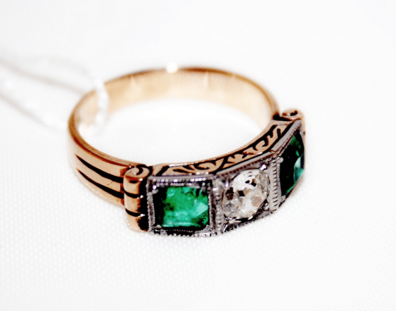 Ring with diamond and emeralds - photo 1
