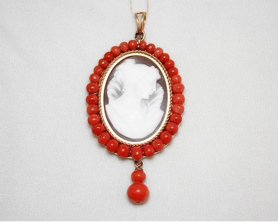 Pendant with cameo and coral - photo 1