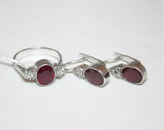 Boucles d'oreilles et une bague avec un rubis et de diamants - photo 1
