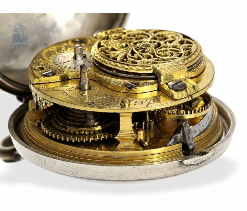 Pocket watch: a magnificent Repousssé double housing base Spindeluhr with the date and representation of the English Royal coat-of-arms, signed Leelay, Hallmarks 1778 - photo 2