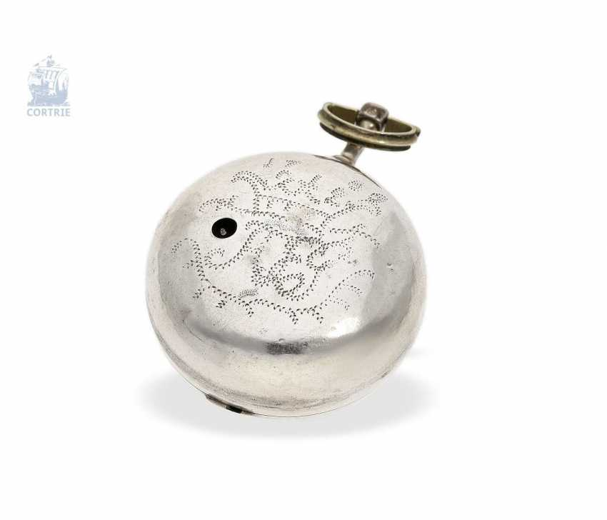 Pocket watch: a magnificent Repousssé double housing base Spindeluhr with the date and representation of the English Royal coat-of-arms, signed Leelay, Hallmarks 1778 - photo 3