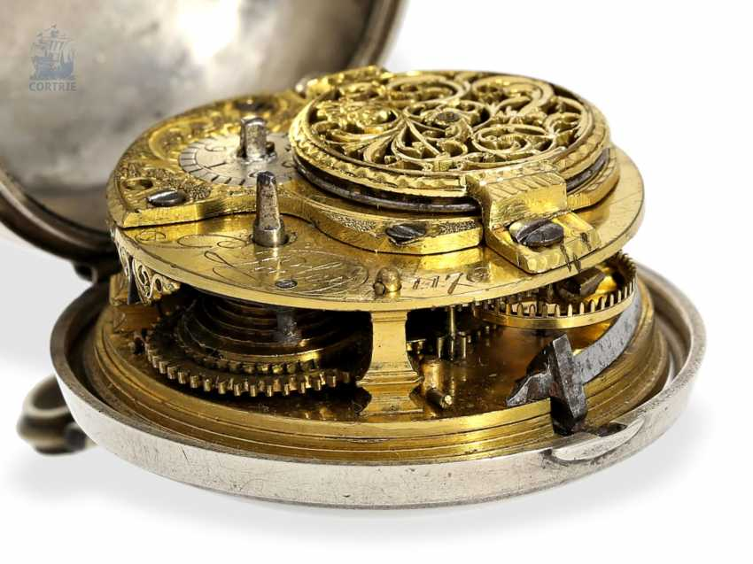 Pocket watch: a magnificent Repousssé double housing base Spindeluhr with the date and representation of the English Royal coat-of-arms, signed Leelay, Hallmarks 1778 - photo 4