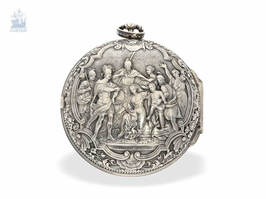 Pocket watch: a magnificent specimen of an early English repoussé technology Spindeluhr with dummy pendulum, date, enamel painting, and regulation through the dial, Mauris/Clough? verm. around 1720 - photo 3