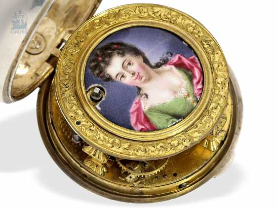 Pocket watch: a magnificent specimen of an early English repoussé technology Spindeluhr with dummy pendulum, date, enamel painting, and regulation through the dial, Mauris/Clough? verm. around 1720 - photo 5