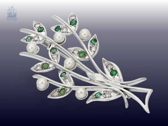 Brooch: vintage gold work in floral Design, studded with pearls, emeralds and brilliant-cut diamonds, 18K white gold - photo 1