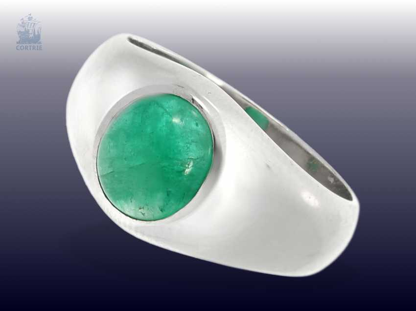 Ring: massive vintage band ring with emerald, solid gold, wrought work - photo 1