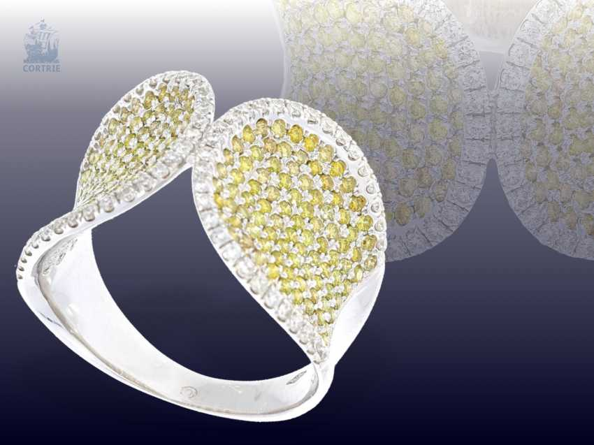 Ring: very unusual and highly decorative Designer-wrought gold ring with white and yellow/green fancy diamonds - photo 1