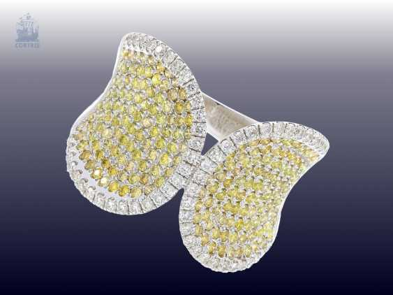 Ring: very unusual and highly decorative Designer-wrought gold ring with white and yellow/green fancy diamonds - photo 2