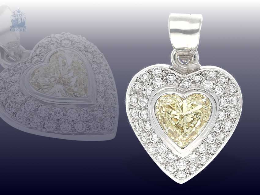 Trailer: luxurious gold pendant wrought, with a large Fancy diamond in heart shape, as well as numerous brilliant-cut diamonds - photo 1
