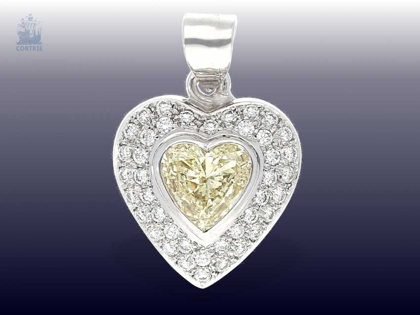 Trailer: luxurious gold pendant wrought, with a large Fancy diamond in heart shape, as well as numerous brilliant-cut diamonds - photo 2