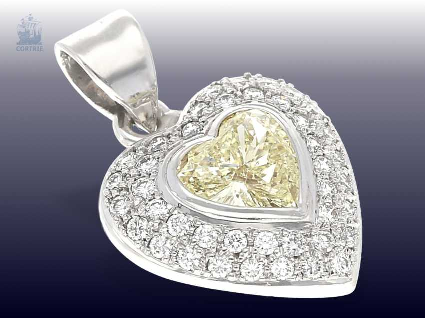 Trailer: luxurious gold pendant wrought, with a large Fancy diamond in heart shape, as well as numerous brilliant-cut diamonds - photo 3