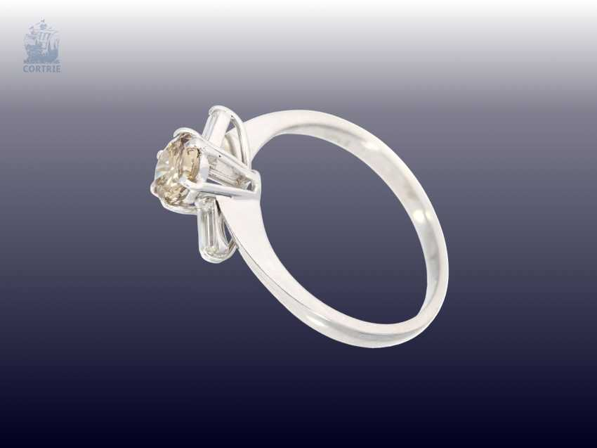Ring: white gold, modern gold ring, wrought with fancy diamond approximately 0.8 ct, as well as 2 baguette-cut diamonds - photo 2