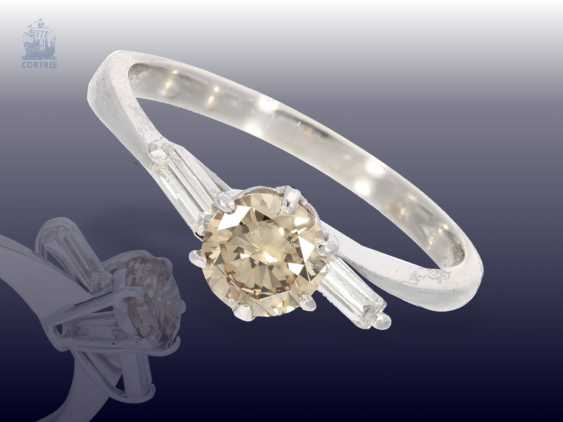 Ring: white gold, modern gold ring, wrought with fancy diamond approximately 0.8 ct, as well as 2 baguette-cut diamonds - photo 3