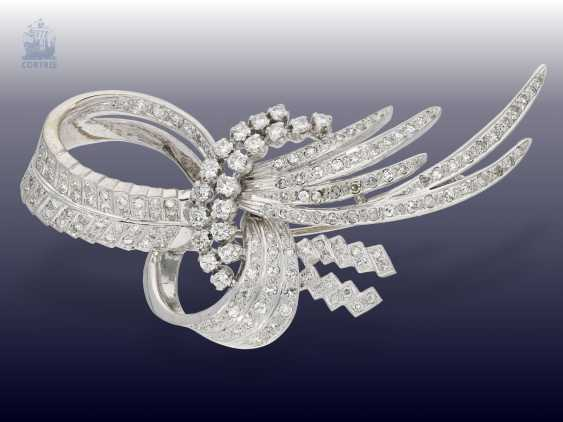 Brooch: white gold, vintage loop brooch with brilliant/diamonds, handcrafted in 18K Gold, approximately 1.5 ct - photo 2