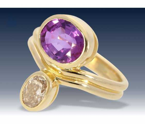 Ring: exquisite gold wrought ring with diamond approx 0,78 ct, and rare, natural, untreated sapphire with a rare play of color, approx 2,75 ct - photo 1