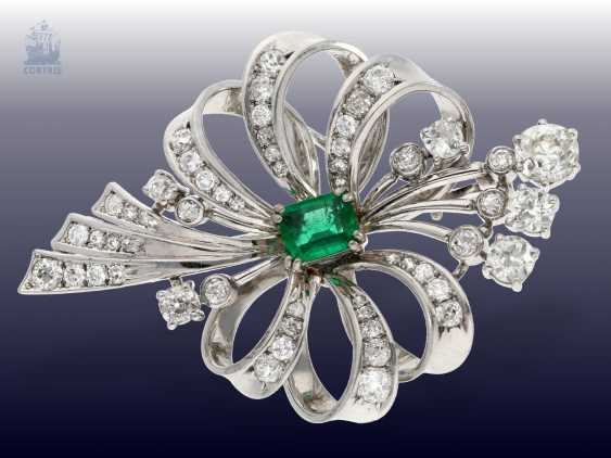 Brooch: studded rich, very decorative and very valuable vintage emerald/diamond grinding brooch, approx. 4ct diamonds - photo 1