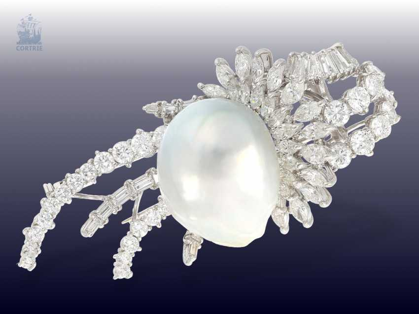 Brooch: exclusive and unusual vintage gold work with a huge pearl, and the finest diamonds, approximately 5.5 ct, very expensive and unique wrought - photo 1