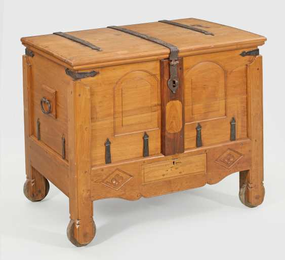 Large flat lid chest with secret compartment - photo 1