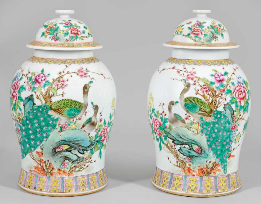Pair of Famille rose lid vases - photo 1