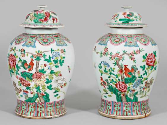 Pair of large Famille rose lid vases - photo 1