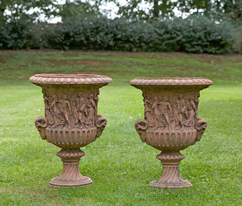 Pair of small garden vases - photo 1
