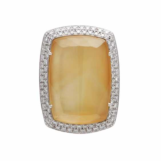 Ladies ring with 1 yellow quartz backed with mother-of-pearl surrounded by brilliant-cut diamonds - photo 1