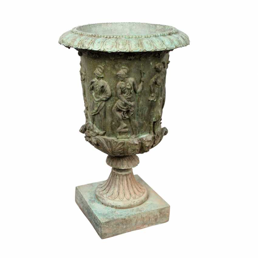 GARDEN VASE IN THE CLASSICAL STYLE - photo 1