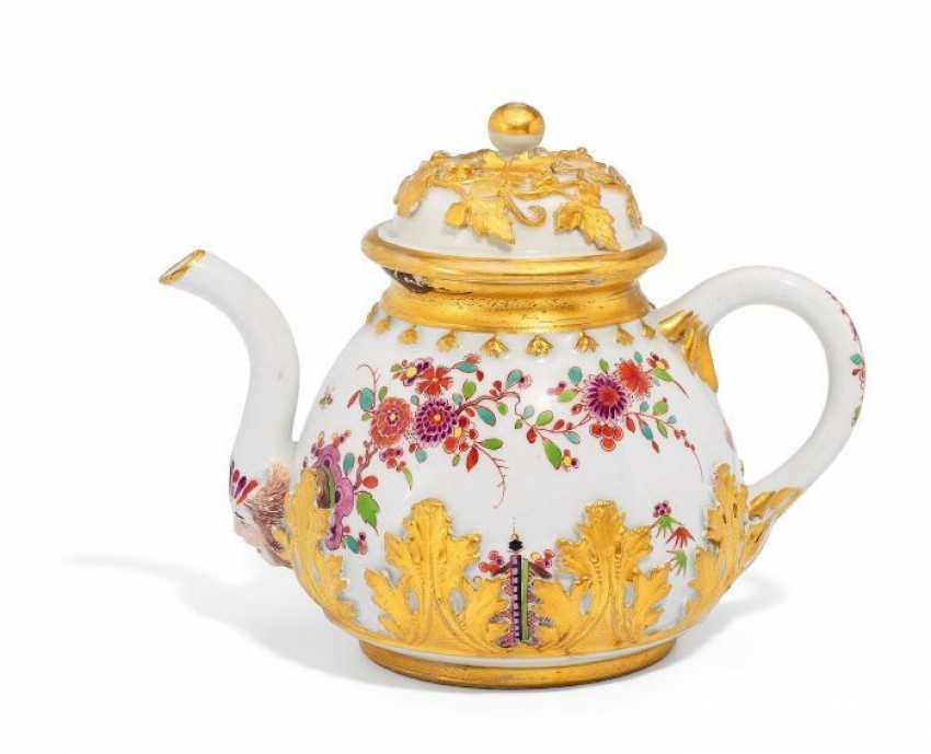 TEA POT WITH INDIAN FLOWER, AND PLACED LEAVES OF ACANTHUS. Meissen. To 1730/35.