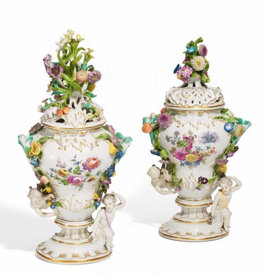 PAIR OF ORNAMENTAL VASES. Meissen. At the end of 18. Century.