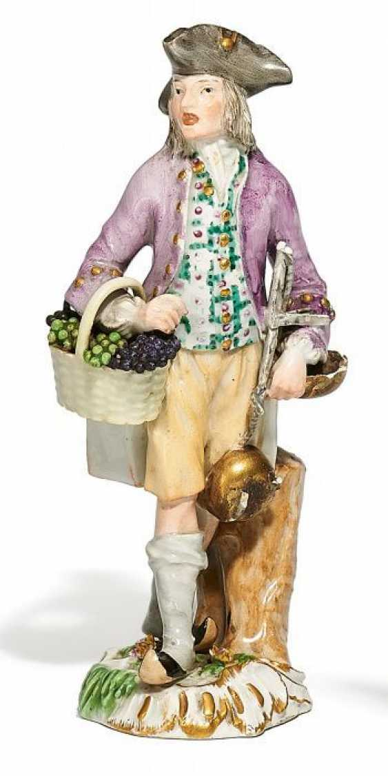 THE SELLER OF GRAPES FROM THE 'CRIS DE PARIS'. Meissen. Around 1775.