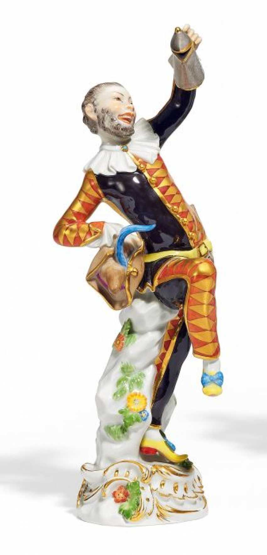 HARLEQUIN WITH A PEWTER MUG FROM THE 'COMMEDIA DELL'ARTE'. Meissen. 1973. Model By J. J. Kaendler.
