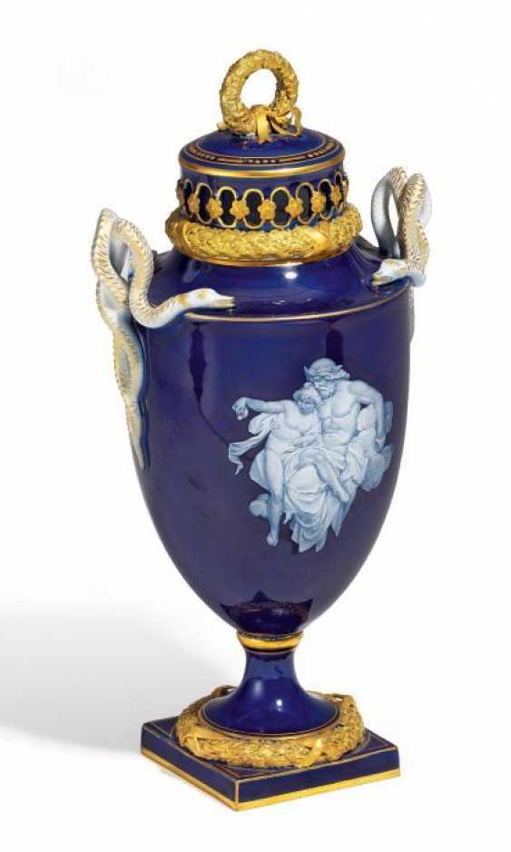 SMALL LIDDED VASE WITH MYTHOLOGICAL SCENES. Meissen. 19. Century.