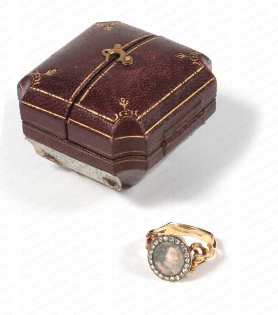 GOLD RING. Adorned with a miniature portrait of oval form, depicting tsar Peter the Great (1676-1725)