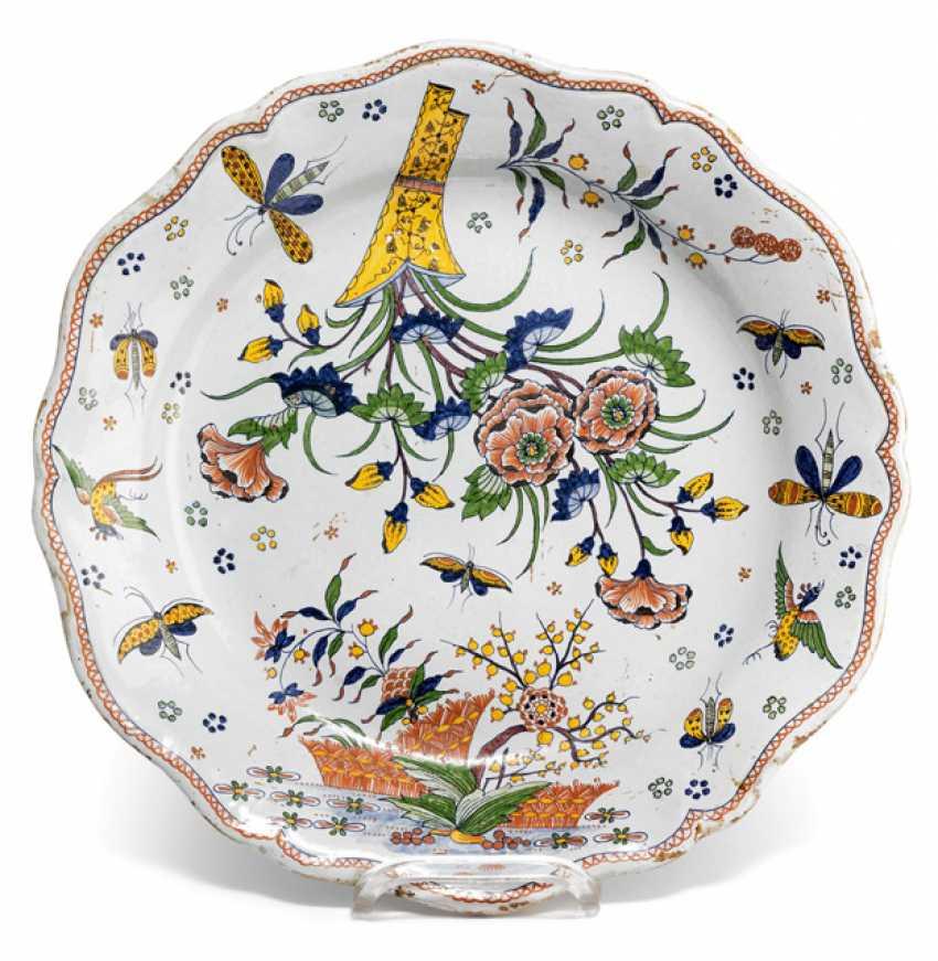 Round plate with Chinoisem decor - photo 1